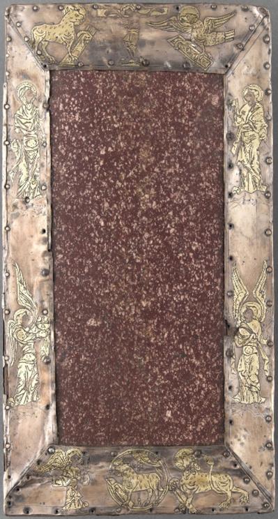 Anônimo inglês. Altar portátil, primeira metade do séc. XI. Placa de pórfiro púrpura que presentifica Cristo (Praesentatio) e um círculo de prata que descreve a crucificação, os símbolos dos evangelistas, arcanjos e Agnus Dei. Museu de Cluny, Paris.
