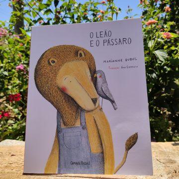 Imagem de capa. Livro infantil. O leão e o pássaro. MArianne Dubuc. Ana Caperuto.